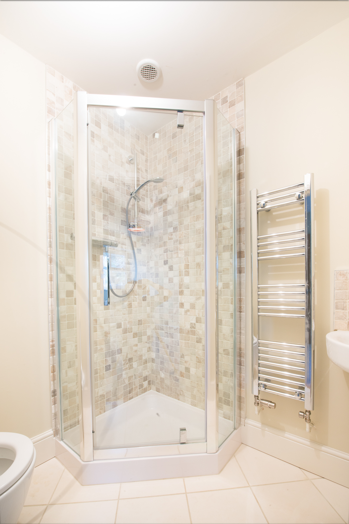 newleaf-tiling-decorating-small-en-suite-bathroom